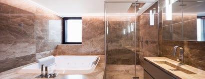 Banheiro de mármore luxuoso com hydromassage Fotos de Stock Royalty Free