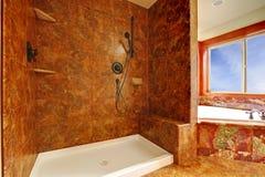 Banheiro de mármore vermelho luxuoso em um interior home luxuoso novo. Fotografia de Stock