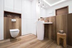 Banheiro de madeira na casa luxuosa Fotografia de Stock Royalty Free