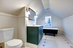 Banheiro de refrescamento branco com o tubo antigo do banho do estilo Fotos de Stock