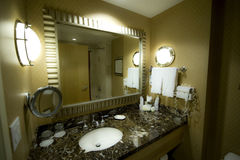 Banheiro de um quarto de hotel Imagem de Stock Royalty Free