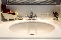 Banheiro do hotel do dissipador Bacias clássicas Manhã no hotel Imagem de Stock