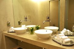 Banheiro dos TERMAS do toalete dos dissipadores e das torneiras Fotos de Stock