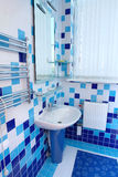Banheiro em azul e em branco Fotografia de Stock