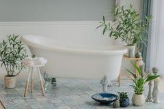 Banheiro em tons azuis em casa Imagem de Stock Royalty Free