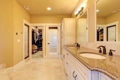 Banheiro espaçoso com armário de pessoas sem marcação foto de stock
