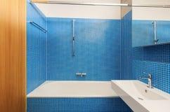 Banheiro interior, azul Fotografia de Stock Royalty Free
