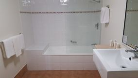 Banheiro luxuoso bonito em Alpha Sovereign Hotel, surfistas nortes Paradise, Queensland foto de stock royalty free