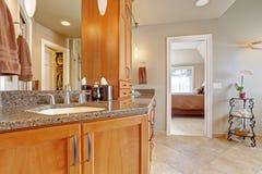 Banheiro luxuoso com grandes partes superiores da combinação e do granito do armazenamento imagem de stock