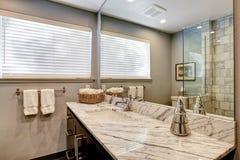 Banheiro luxuoso com o chuveiro branco e cinzento do mármore e do vidro Fotos de Stock