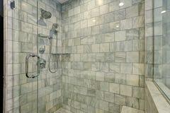 Banheiro luxuoso com o chuveiro branco e cinzento do mármore e do vidro Imagem de Stock