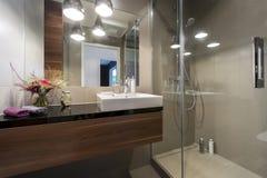 Banheiro luxuoso moderno com chuveiro Fotos de Stock Royalty Free