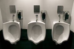 Banheiro luxuoso moderno - urinals fotos de stock