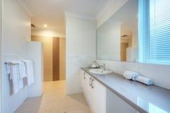 Banheiro luxuoso na HOME moderna Imagem de Stock Royalty Free