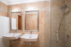 Banheiro luxuoso no projeto novo imagem de stock