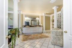 Banheiro mestre elegante com colunas brancas fotografia de stock