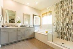 Banheiro mestre feito sob encomenda moderno bonito imagem de stock royalty free