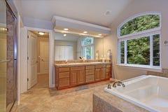 Banheiro mestre impressionante com o armário dobro da vaidade fotos de stock royalty free
