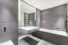 Banheiro minimalista moderno em cinzento e em branco fotografia de stock royalty free