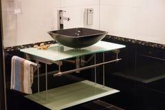 Banheiro moderno bonito na HOME nova luxuosa fotos de stock royalty free