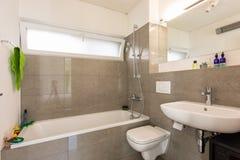 Banheiro moderno brilhante com telhas imagem de stock royalty free