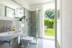 Banheiro moderno brilhante com telhas fotos de stock royalty free