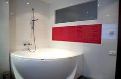 Banheiro moderno com banho e a janela grandes Imagem de Stock Royalty Free