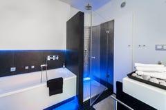Banheiro moderno com chuveiro Imagens de Stock Royalty Free