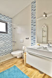 Banheiro moderno na casa de campo luxuosa Fotos de Stock Royalty Free
