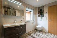 Banheiro moderno no estilo do vintage com o tiro horizontal do toalete fotos de stock