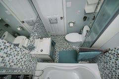 Banheiro moderno pequeno Fotos de Stock Royalty Free
