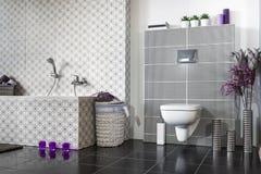 Banheiro moderno preto e branco Fotos de Stock Royalty Free