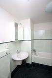 Banheiro moderno simples Fotos de Stock Royalty Free