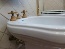 Banheiro no estilo retro torneira do bidê estilo italiano tradicional e original fotografia de stock royalty free