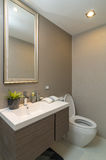 Banheiro ou toalete interior luxuoso com luz do sem-fim Imagens de Stock