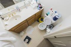 Banheiro pequeno desarrumado Foto de Stock Royalty Free