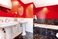 Banheiro preto e vermelho impressionante Foto de Stock Royalty Free