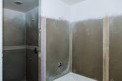 Banheiro que termina apartamentos novos Reparo e instalação do encanamento, torneiras, água e saneamento fotografia de stock