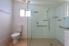 Banheiro simples com um chuveiro grande Fotos de Stock