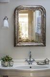 Banheiro velho da forma com dissipador esquisito Imagem de Stock