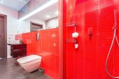 Banheiro vermelho com chuveiro Fotos de Stock