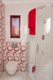 Banheiro vermelho e branco Imagens de Stock Royalty Free
