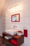 Banheiro vermelho e branco da casa do rubi - Imagens de Stock Royalty Free