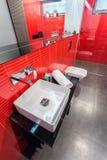 Banheiro vermelho e cinzento Fotos de Stock Royalty Free