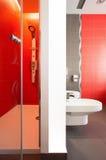 Banheiro vermelho luxuoso Fotos de Stock Royalty Free