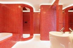 Banheiro vermelho moderno Fotos de Stock Royalty Free