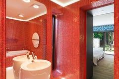 Banheiro vermelho moderno Fotografia de Stock