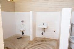 Banheiros muito sujos em Havaí imagens de stock