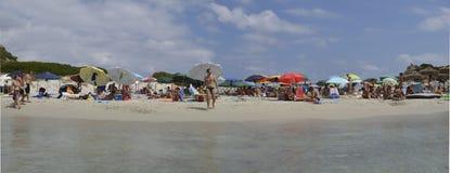 Banhistas no mar no paraíso do verão na ilha magnífica de Sardinia fotos de stock
