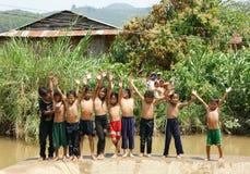 Banho asiático das crianças no rio Fotos de Stock